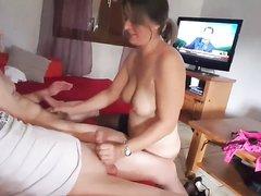 Зрелая домохозяйка с большими сиськами дрочит два члена одновременно