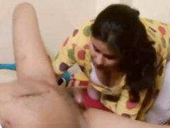 Индийская красотка перед скрытой камерой сосёт член любовника
