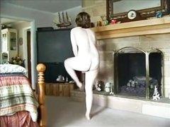 Зрелая домохозяйка сосёт член и трахается с молодым парнем на камеру