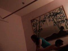 Домашнее подглядывание за зрелой азиатской массажисткой трахающейся с клиентом