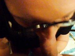 Домохозяйка в очках сосёт член толстяка для окончания на лицо