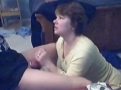 Зрелая домохозяйка перед скрытой камерой делает минет поклоннику