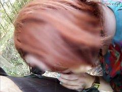 Рыжая шалава делает любительский минет и дрочит член в парке