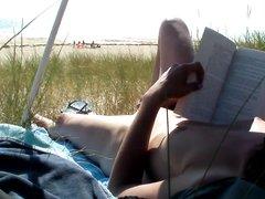 Подглядывание любительской мастурбации зрелой туристки на пляже