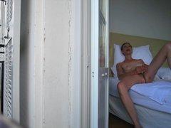 Зрелая домохозяйка перед скрытой камерой мастурбирует киску в постели