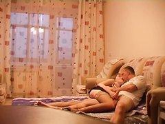 Шлюха в чулках перед скрытой камерой строчит домашний минет и трахается