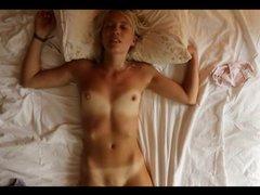 Соло сцена с любительской мастурбацией молодой загорелой блондинки