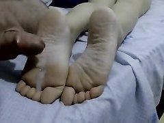 Поклонник фут фетиша дрочит член и кончает на ноги зрелой любовницы