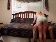 Подглядывание за зрелой блондинкой трахнувшейся с молодым негром