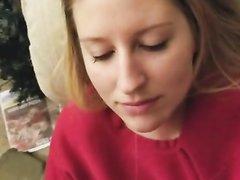 Молодая блондинка от первого лица делая домашний минет сосёт член
