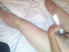 Утренняя домашняя мастурбация волосатой киски бутылкой от зрелой дамы