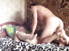 Русская блондинка сделав домашний минет трахается перед камерой