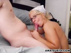 Зрелая блондинка строчит домашний минет для окончания на сиськи