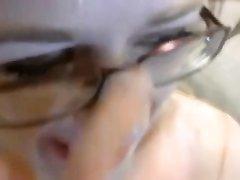 Окончание на лицо и глубокая глотка перед любительской вебкамерой