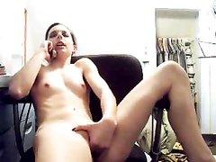 Проститутка перед вебкамерой занялась любительской мастурбацией