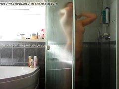 Любительское подглядывание за молодой рыжей девушкой в ванной