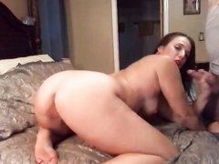 Минет и жёсткая домашняя мастурбация зрелой брюнетки перед вебкамерой