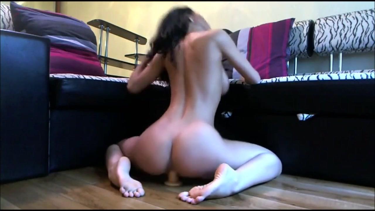 Похотливая брюнеточка мастурбирует фаллоиммитатором