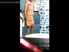 Подглядывание за домохозяйкой с волосатой киской в ванной комнате