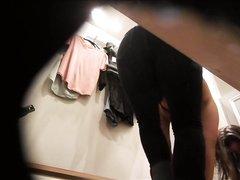 Подглядывание по домашней скрытой камерой за девушкой в примерочной