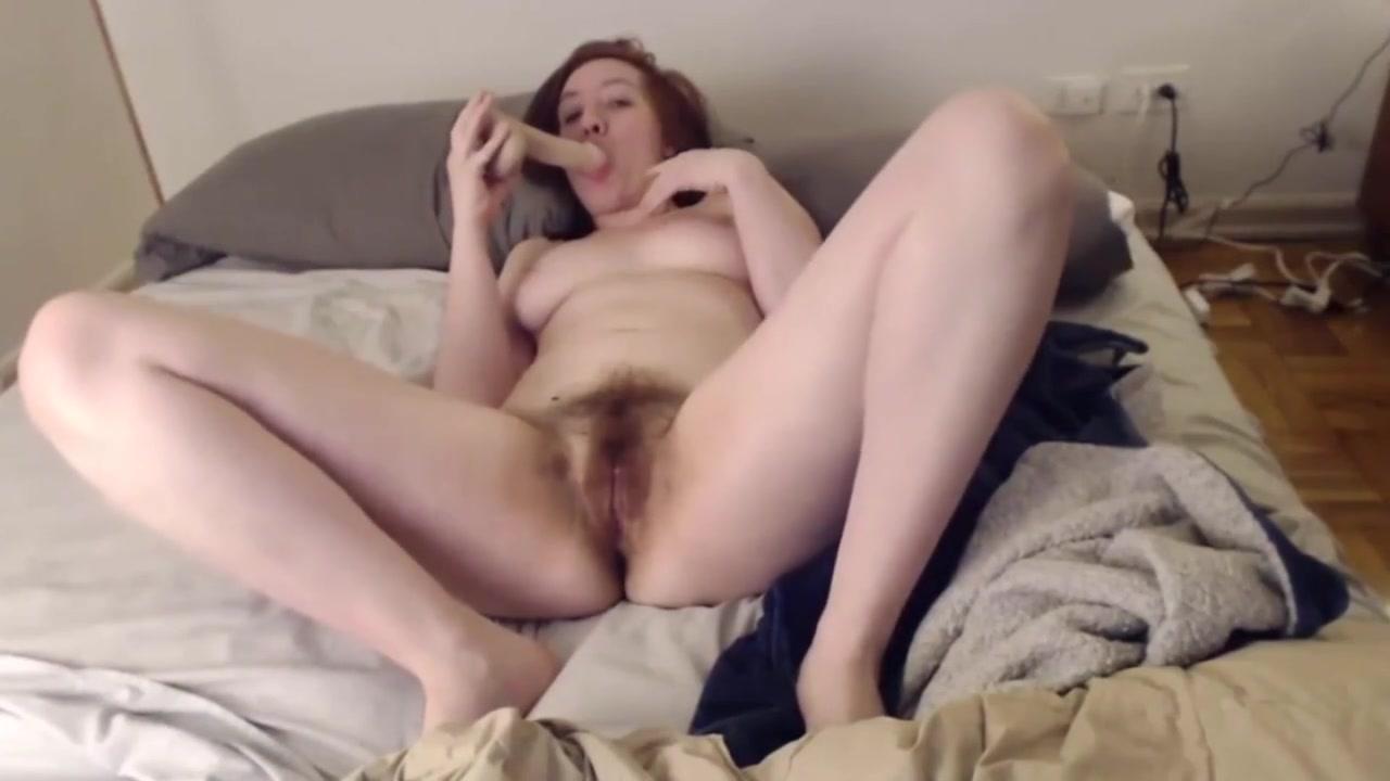 Домашняя мастурбация волосатой киски и оргазм зрелой дамы по вебкамере