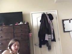 Грудастая молодая развратница шалит перед домашней векбамерой
