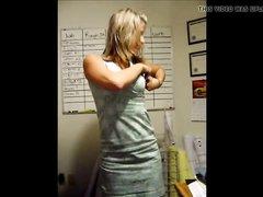 Возбуждающий домашний стриптиз от фигуристой молодой блондинки
