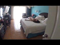Знойная брюнетка в постели изменила супругу перед скрытой камерой