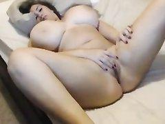 Любительская мастурбация толстухи с огромными сиськами перед вебкамерой