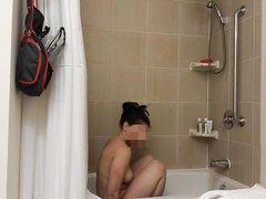 Подглядывание за грудастой зрелой домохозяйкой купающейся в ванной