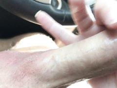 Крупным планом молодая шалава сделала любительский минет водителю
