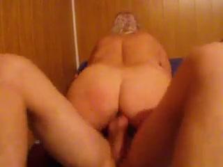 Скрытая камера снимает домашний секс с упитанной зрелой блондинкой