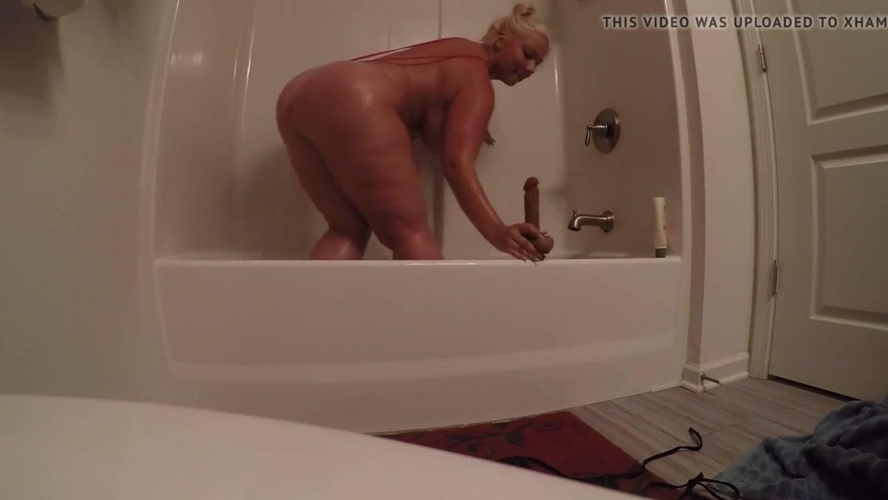 Любительская мастурбация зрелой и толстой блондинки в ванной