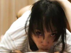 Азиатка крупным планом сосёт белый член любовника с окончанием на лицо