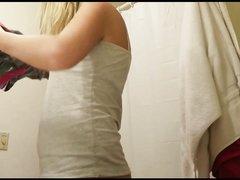 Скрытая камера в ванной снимает блондинку с маленькими сиськами