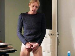 Любительская мастурбация волосатой киски худощавой зрелой блондинкой