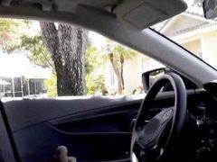 Молодая красотка отсасывает и дрочит член незнакомого водителя