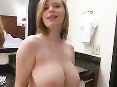 Молодая блондинка перед домашней вебкамерой оголила большие сиськи