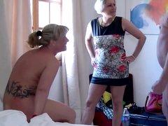 Шикарный любительский секс втроём со зрелыми немецкими блондинками