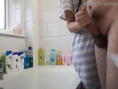 Русская красотка в ванной дрочит член любовника до окончания
