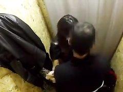 Брюнетка перед скрытой камерой строчит домашний минет и трахается