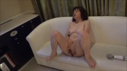 Зрелая азиатка с волосатой щелью увлеклась домашней мастурбацией