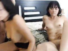 Домашний секс втроём с двумя латинскими лесбиянками перед вебкамерой