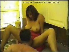 Домохозяйка с большими сиськами после куни делает минет ухажёру