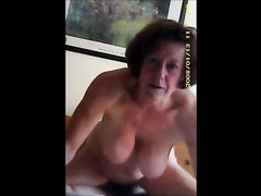Зрелая домохозяйка с большими сиськами прыгает верхом на члене
