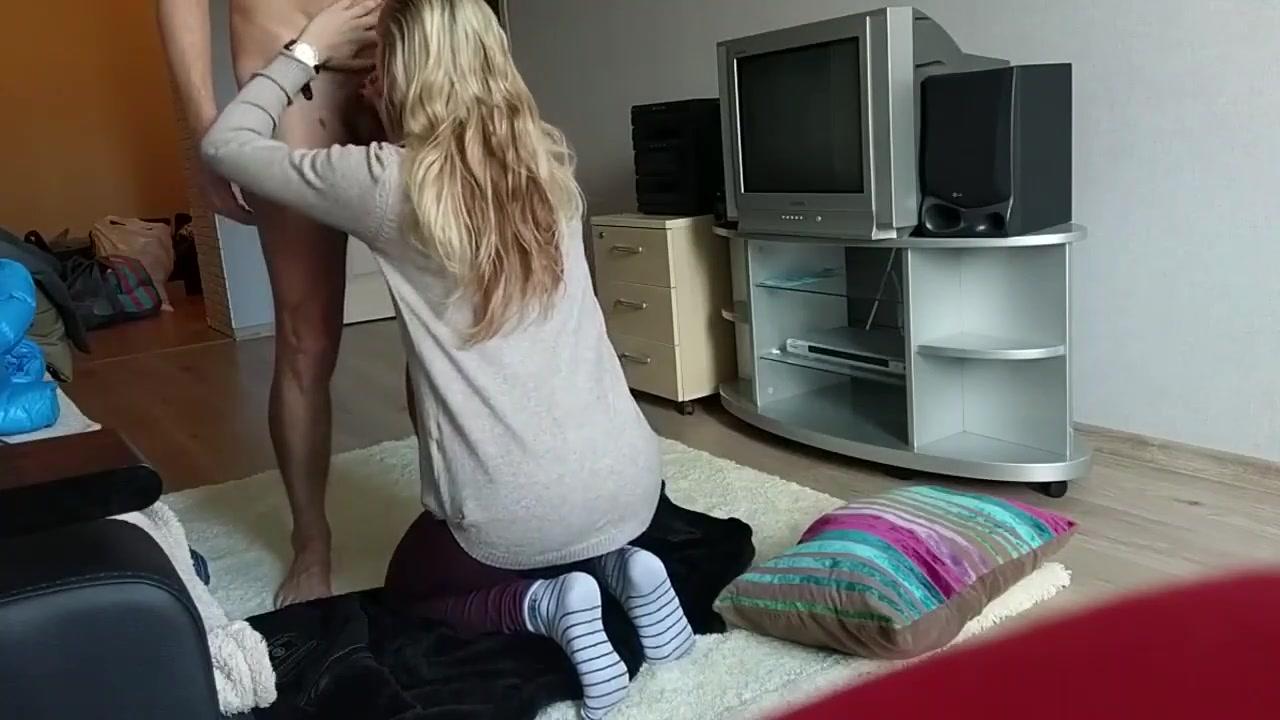 Подглядывание за худощавой блондинкой трахающейся с любовником