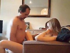 Молодая развратница трахается со зрелым любовником на диване
