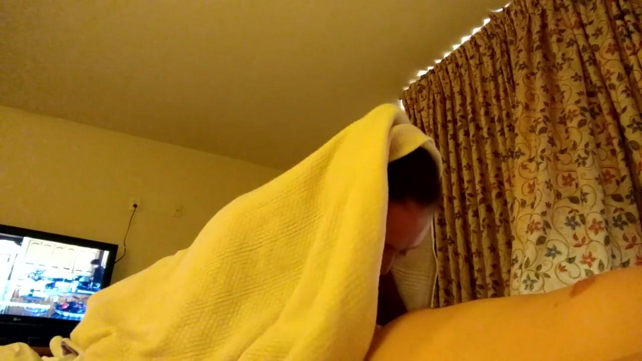 Брюнетка перед скрытой камерой делает домашний минет воздыхателю
