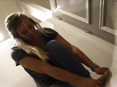 Фигуристая блондинка перед скрытой камерой разделась до трусиков