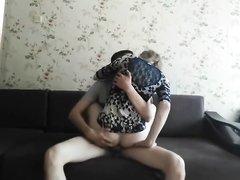 Молодая пара сняла на камеру домашний хардкор с окончанием на лицо